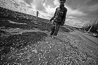 Le symbole est dur, mais cet enfant n'a pas de chaussures, il est manifestement trop pauvre pour en avoir. Il marche le long du grillage de la frontière à quelques mètres de là où l'adolescent a perdu son pied.