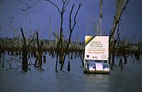 """Placa flutuante da Reserva BiolÛgica de Uatum""""<br /> lago da hidrelÈtrica de Balbina<br /> Presidente Figueiredo, Amazonas, Brasil<br /> 12/ 2003<br /> Foto Marcelo Lourenço<br /> <br /> A Usina Hidrelétrica de Balbina está localizada no rio Uatumã (Bacia Amazônica), município brasileiro de Presidente Figueiredo, precisamente no distrito de Balbina, no estado do Amazonas.<br /> <br /> Cada uma das 5 unidades geradoras tem capacidade de geração de até 55 MW de energia elétrica, totalizando 275 MW.<br /> <br /> A usina é criticada por ter um alto custo e ter causado o maior desastre ambiental da história do Brasil.1"""