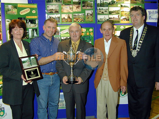 Helen Kennedy, Jimmy Barnes and Stephen Rafferty from Reaghstown accepting the award for Overall Winners from Minister Dan Wallace T.D. and Finan McCoy, Chairman Ardee Town Commision..Picture Paul Mohan Newsfile