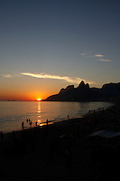 RIO DE JANEIRO, RJ, 7 DE FEVEREIRO DE 2012 - CLIMA TEMPO - Por do sol atrai turistas nessa terça-feira, 07 na praia de Ipanema proximo do Arpoador. FOTO: ISABELA CATÃO / NEWS FREE.