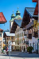 Oesterreich, Tirol, St. Johann in Tirol: Speckbacherstrasse mit Dekanatspfarrkirche Maria Himmelfahrt am Hauptplatz im Hintergrund | Austria, Tyrol, St Johann in Tyrol: centre, Speckbacher street and church Maria Ascention at main square