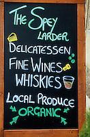 Europe/Grande-Bretagne/Ecosse/Moray/Aberlour : Enseigne d'une épicerie fine signalant un large choix de whisky