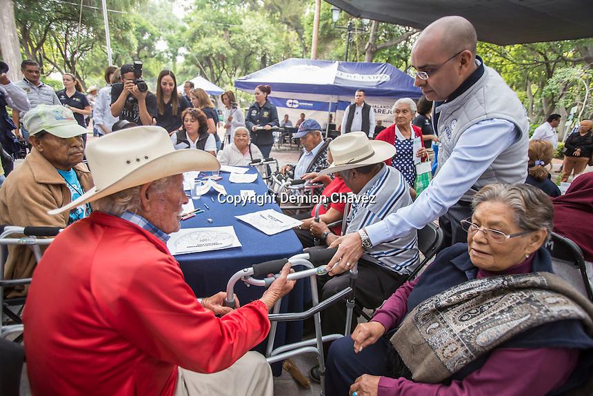 Quer&eacute;taro, Qro. 8 de julio de 2016.- La Alameda Hidalgo fue el escenario para el evento del programa municipal &ldquo;Jalando Parejo&rdquo; que esta ocasi&oacute;n fue dedicada al adulto mayor, en donde se realizaron servicios de atenci&oacute;n de salud f&iacute;sica y mental. Adem&aacute;s, con la presencia del alcalde capitalino Marcos Aguilar y su esposa Teresa Garc&iacute;a, se entregaron apoyos de art&iacute;culos como sillas de rueda, andaderas, lentes, bastones.<br /> <br /> Foto: Demian Ch&aacute;vez