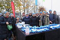 """Büttelborner Damen um Angelika Jockel haben 500 Mützen für die Aktion """"Du musst kämpfen!"""" gestrickt und verkaufen diese am Stadion - 17.11.2017: SV Darmstadt 98 vs. SV Sandhausen, Stadion am Boellenfalltor, 2. Bundesliga"""