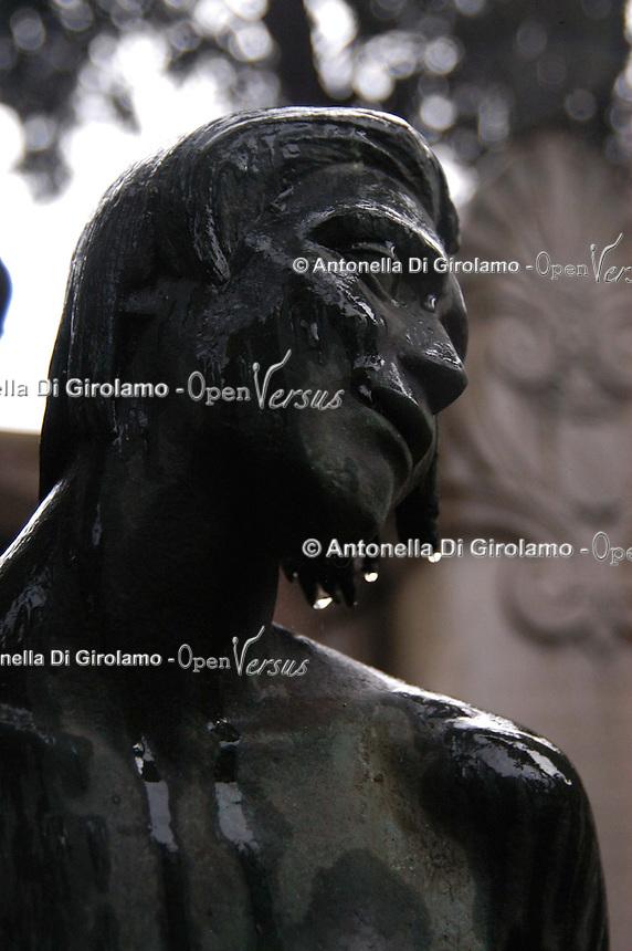 """Il Cimitero acattolico di Roma (detto anche Cimitero degli Inglesi o anche Cimitero dei protestanti) si trova nel quartiere di Testaccio..Il Cimitero acattolico di Roma è il luogo dove vengono sepolti i non-cattolici. E' riservato a quelli stranieri, di ogni nazionalità..Anche Antonio Gramsci è stato sepolto qui, considerato """"straniero"""" rispetto alla cultura dominante..Non-Catholic Cemetery of Rome is located in the district of Testaccio. .Non-Catholic Cemetery of Rome is the place where they are buried non-Catholics..Also known as The Protestant Cemetery or Englishmen's Cemetery..It is reserved for those foreigners of all nationalities. .Even Antonio Gramsci was buried here, which is considered """"foreign"""" than the dominant culture...."""