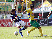 NEIVA -COLOMBIA, 8-ABRIL-2015. Luis Mosquera   de Millonarios   disputa el balon contra  Marcelo Berguese del Atletico Huila    durante la catorceava fecha de La Liga Aguila jugado en el estadio Guillermo Plazas Alcid   en Neiva  . /  Luis Mosquera of  Millonarios  fights the ball against Marcelo Berguese  of Atletico Huila   during the fourthen round of La Liga Aguila played at the  Guillermo Plazas Alcid stadium in Neiva  . Photo / VizzorImage / Andrew Indell  / Staff