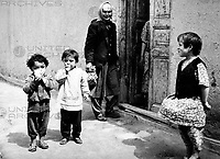 Frau und Kinder vor einem Hauseingang in Samarkand in Usbekistan, Sowjetunion, 1970er Jahre. Woman and children by the entrance of a house at Samarkand in Uzbekistan, Soviet Union, 1970s.