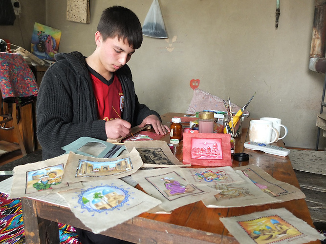 Ein Mitarbeiter malt auf dem samarkandischen Papier, Papierherstellung in Samarkand / Paperproduction in Samarkand