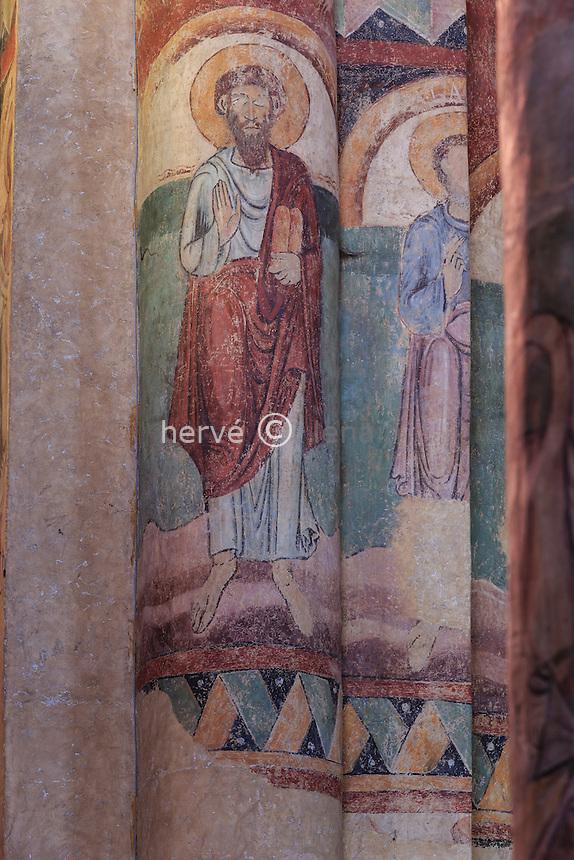 France, Haute-Loire (43), Brioude, la Basilique Saint-Julien de Brioude, piliers de la nef et fresque // France, Haute Loire, Brioude, Basilica of Saint Julien, frescoes on the pillars of the nave