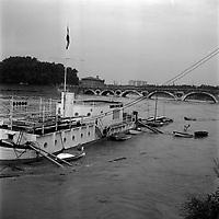 Quai de Tounis. 14 septembre 1963. Vue d'ensemble de la péniche du Touring Club de France entourée par les eaux ; en arrière-plan Pont-Neuf