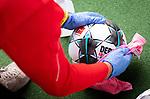 nph00351: Fussball, 1. Bundesliga, Saison 19/20, 26. Spieltag, Fortuna Düsseldorf - FC Paderborn 07, 16.05.2020:<br /> Ein Balljunge desinfiziert einen Spielball.<br />  <br /> <br /> Nur für journalistische Zwecke! Only for editorial use!<br /> <br /> Gemäß den Vorgaben der DFL Deutsche Fußball Liga ist es untersagt, in dem Stadion und/oder vom Spiel angefertigte Fotoaufnahmen in Form von Sequenzbildern und/oder videoähnlichen Fotostrecken zu verwerten bzw. verwerten zu lassen. DFL regulations prohibit any use of photographs as image sequences and/or quasi-video. <br /> <br /> Foto: Moritz Müller/Pool / via Meuter/nordphoto