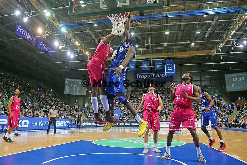 Dunking Aziz N'Diaye (Skyliners)- Fraport Skyliners vs. Telekom Baskets Bonn, Fraport Arena Frankfurt