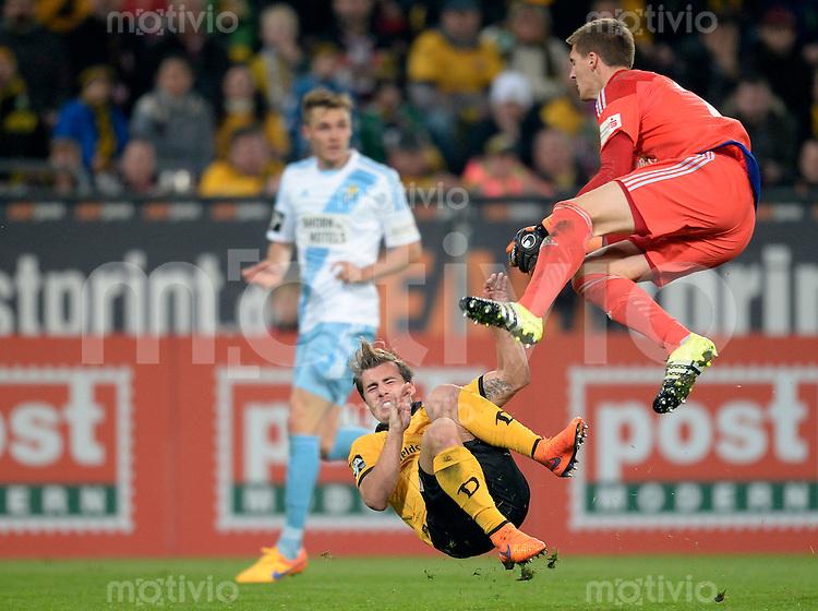 FUER SZ FREI, PAUSCHALE GEZAHLT!!!<br /> Fu&szlig;ball, Sachsen - Pokal, Saison 2015/2016, Achtelfinale, SG Dynamo Dresden - Chemnitzer FC (CFC), Freitag (09.10.2015), Stadion Dresden.<br /> Dresdens Sinan Tekerci gegen den Chemnitzer Torwart Kevin Kunz.<br /> Foto: Robert Michael / www.robertmichaelphoto.de