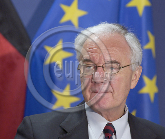 Brussels-Belgium - 22 April 2005---German Federal Minister for Transport, Building and Housing, Manfred STOLPE, during his press conference after meeting with EU-Commissioners Kovacs and Hübner---Photo: Horst Wagner/eup-images