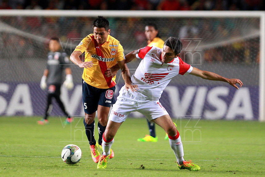 MORELIA - MEXICO -28 -01-2014: Cristian Valdez (Izq.) jugador de Monarcas Morelia de Mexico, disputa el balón con Daniel Torres (Der.) jugador del Independiente Santa Fe de Colombia, durante partido por la primera fase, llave G5 de la Copa Libertadores en el estadio Morelos de la ciudad de Morelia. / Cristian Valdez (L) player of Monarcas Morelia of Mexico, struggles for the ball with Daniel Torres (R), player of Independiente Santa Fe of Colombia, during a match for the first fase, g5 key of the Copa Bridgestone Libertadores in Morelos stadium in Morelia city, Photo: VizzorImage  / Manuel Velasquez / Jam Media / Cont