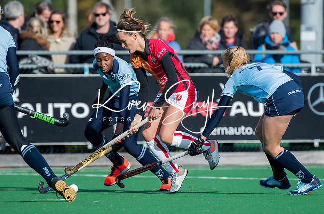 Laren - Donja Zwinkels (OR)  met Laura Marell (Lar)  tijdens de Livera hoofdklasse  hockeywedstrijd dames, Laren-Oranje Rood (1-3).  rechts Elin van Erk (Lar) COPYRIGHT KOEN SUYK