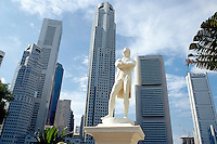 Singapore. Downtown. Town center.  The statue of Sir Thomas Stamford Raffles (founder of Singapore) stands at Raffles Landing next to the Singapore river. View on the Central Business District. Giant high-rise buildings. © 2001 Didier Ruef