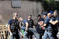 Migranti, operazione di polizia in Via Cupa