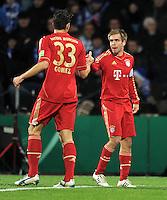Fussball DFB Pokal:  Saison   2011/2012  Achtelfinale  20.12.2011 VfL Bochum - FC Bayern Muenchen  JUBEL nach dem TOR zum 1:1 Philipp Lahm, Mario Gomez (v.li., FC Bayern Muenchen)