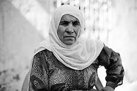 Femme kurde de Nusaybin, mère de martyr. Son fils a été tué dans la guérilla il y a dix ans mais l'information est arrivée il y a deux ans. Sa fille vivait au Kurdistan de Syrie, elle vient de passer en Turquie, c'est la femme avec le bébé et le foulard dans les cheveux sur la photo précédente. Elle accueille avec un enthousiasme modéré le process de paix.<br /> <br /> Nusaybin Kurdish woman, mother of martyr. His son was killed in the guerrilla ten years ago but the information came two years ago. Her daughter lived in Kurdistan of Syria, she has passed in Turkey, she is the woman with the baby and scarf in the hair on the previous photo. she hosts with moderate enthusiasm peace process.