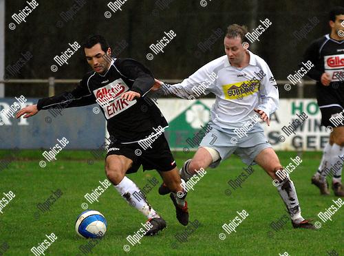 Verbroedering Meerhout - Sporting West Harelbeke: Julien Remadna van Harelbeke speelt de bal weg voor de ogen van Bart Foets van Meerhout (rechts)