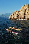 Descente des côtes corses (ici calanques de Piana vers Porto . Raid de 10 jours en kayak  de mer en bivouaquant sur les plages. Corse (côte ouest). France..