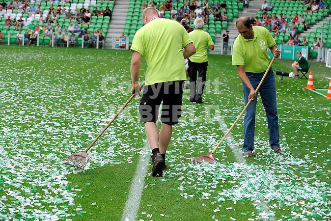 GRONINGEN - Voetbal, FC Groningen - Aston Villa, voorbereiding seizoen 2014-2015, 02-08-2014,  confetti opruimen