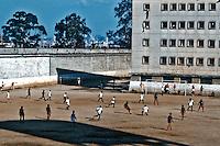 Presidiários jogam futebol no pátio da Casa de Detenção. São Paulo. 1986. Foto de Juca Martins.