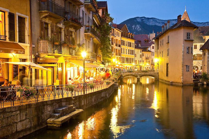 France, Haute-Savoie (74), Anneçy, le Palais de l'Isle et la rivière du Thiou le soir // France, Haute-Savoie, Anneçy, the Palais de l'Isle and the Thiou river at night