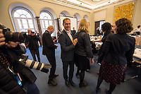 Koalitionsverhandlung zwischen SPD, Gruenen und Linkspartei zur Bildung einer Koalitionsregierung in Berlin.<br /> Am Montag den 10. Oktober 2016 setzte die Berliner SPD mit den Vertretern der Gruenen und der Linkspartei die Verhandlungen fuer eine Rot-Rot-Gruene Koalition in Berlin fort.<br /> Im Bild: Buergermeister Michael Mueller (SPD) gegruesst die Mitglieder der Verhandlungsfraktionen.<br /> 10.10.2016, Berlin<br /> Copyright: Christian-Ditsch.de<br /> [Inhaltsveraendernde Manipulation des Fotos nur nach ausdruecklicher Genehmigung des Fotografen. Vereinbarungen ueber Abtretung von Persoenlichkeitsrechten/Model Release der abgebildeten Person/Personen liegen nicht vor. NO MODEL RELEASE! Nur fuer Redaktionelle Zwecke. Don't publish without copyright Christian-Ditsch.de, Veroeffentlichung nur mit Fotografennennung, sowie gegen Honorar, MwSt. und Beleg. Konto: I N G - D i B a, IBAN DE58500105175400192269, BIC INGDDEFFXXX, Kontakt: post@christian-ditsch.de<br /> Bei der Bearbeitung der Dateiinformationen darf die Urheberkennzeichnung in den EXIF- und  IPTC-Daten nicht entfernt werden, diese sind in digitalen Medien nach §95c UrhG rechtlich geschuetzt. Der Urhebervermerk wird gemaess §13 UrhG verlangt.]