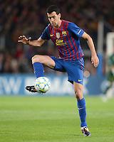 FUSSBALL   CHAMPIONS LEAGUE  HALBFINAL-RUECKSPIEL   2011/2012      FC Barcelona - FC Chelsea       24.04.2012 Sergio Busquets (Barca) am Ball