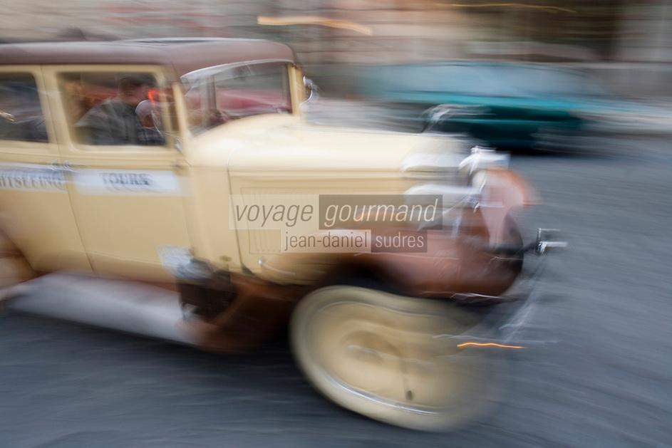 Europe/République Tchèque/Prague:Excursion  organisée dans la vieille ville en voiture de collection  [Non destiné à un usage publicitaire - Not intended for an advertising use]