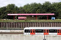 Nederland - Amsterdam - 2019. Amsterdam Noord. De roze Tanker. De (roze) Tanker, een voormalig pompstation in Amsterdam-Noord, is een podium waar cultuur wordt aangeboden in de vorm van voorstellingen, concerten, exposities, workshops enzovoorts.  Op de voorgrond de Noord-Zuidlijn. Foto Berlinda van Dam / Hollandse Hoogte.
