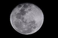 RIO DE JANEIRO, RJ, 20.09.2013 - LUA / RJ - A lua vista da Tijuca, zona norte do Rio de Janeiro.(Foto: Marcelo Fonseca / Brazil Photo Press).
