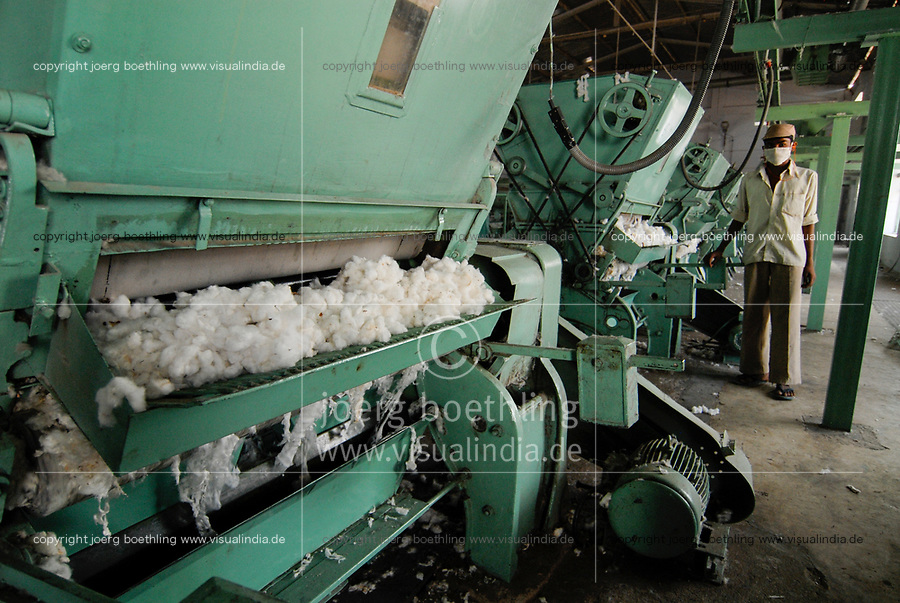 INDIA Madhya Pradesh , organic cotton project in Kasrawad , ginning factory , ginning machine to separate fibres from kernel and dirt/ INDIEN Madhya Pradesh,  Projekt fuer biologischen Anbau von Biobaumwolle in Kasrawad, Entkernungsfabrik