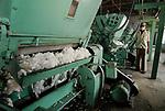 INDIA Madhya Pradesh , organic cotton project bioRe in Kasrawad  , ginning factory | INDIEN Madhya Pradesh , Entkernungsfabrik der bioRe India , Projekt fuer biodynamischen Anbau von Biobaumwolle in Kasrawad