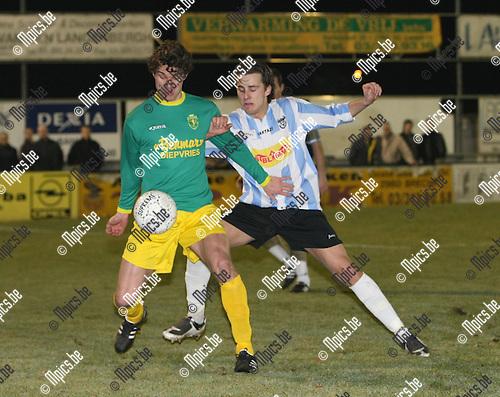 2009-02-28 / Voetbal / Sint -Lenaarts - Geel-Meerhout / Hans Bevers (L, Sint-Lenaarts) probeert Glen Van der Sanden af te houden..Foto: Maarten Straetemans (SMB)