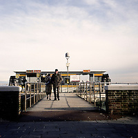 Venezia: anziani alla fermata di un vaporetto..Venice: two elders to a water bus stop