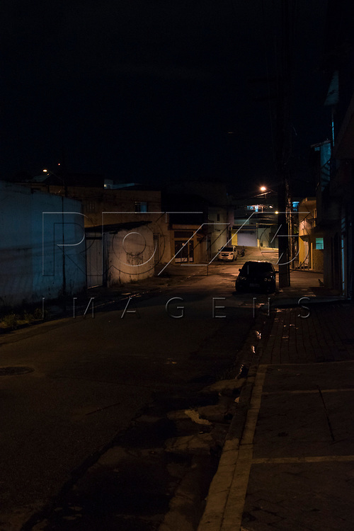 Rua com pouca iluminação, São Paulo - SP, 01/2018.