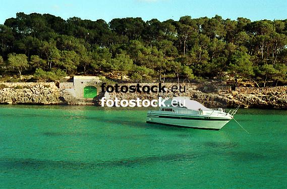 white motoryacht in Cala Mondrag&oacute;<br /> <br /> yate blanco en Cala Mondrag&oacute;<br /> <br /> wei&szlig;e Motoryacht in der Cala Mondrago<br /> <br /> Original: 35 mm