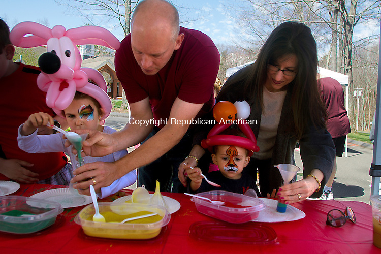 HARWINTON, CT - 02 APRIL 2015 - 050215JW02.jpg -- Mackenzie Riggs age 4 gets some help from her father Ray Riggs of Torrington while her brother Nathan Riggs age 3 gets help from their mother Jesilyn Riggs while making sand bottle art during the Harwinton Annual Super Saturday morning at the Town Hall Complex. Jonathan Wilcox Republican-American
