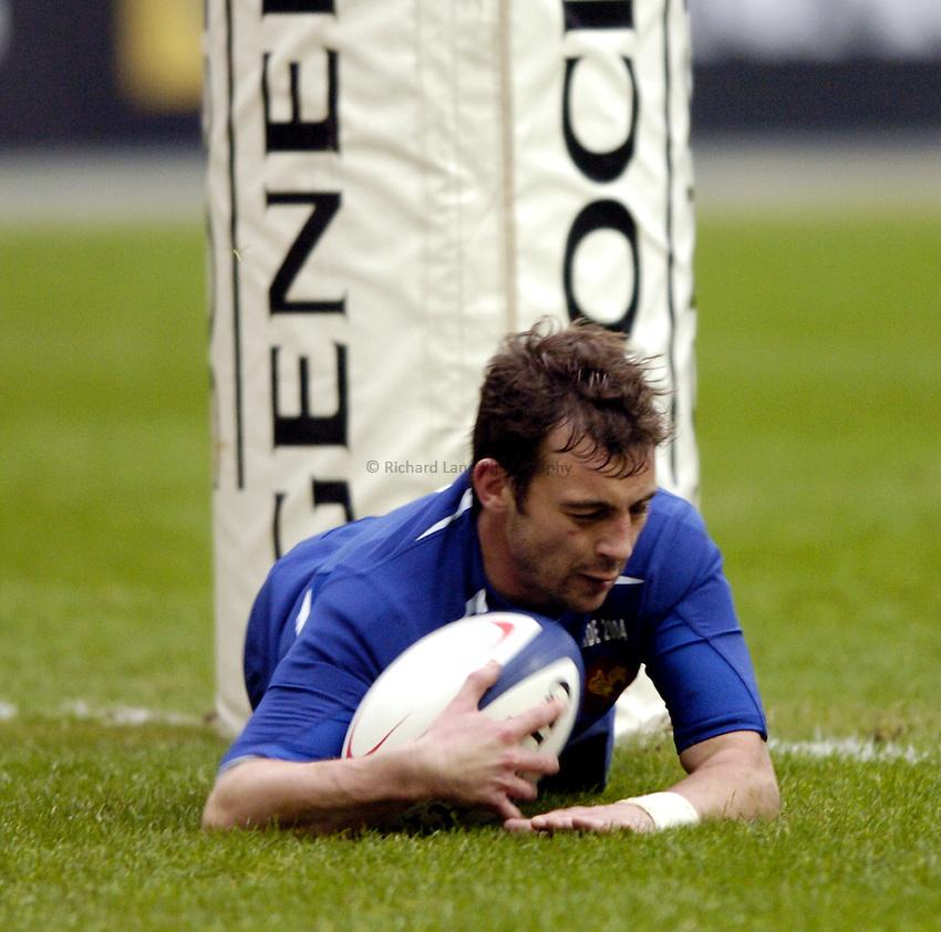 Photo: Richard Lane..France v Ireland. RBS Six Nations. 14/02/2004..Jean-Baptiste Elissalde dives in for a try.