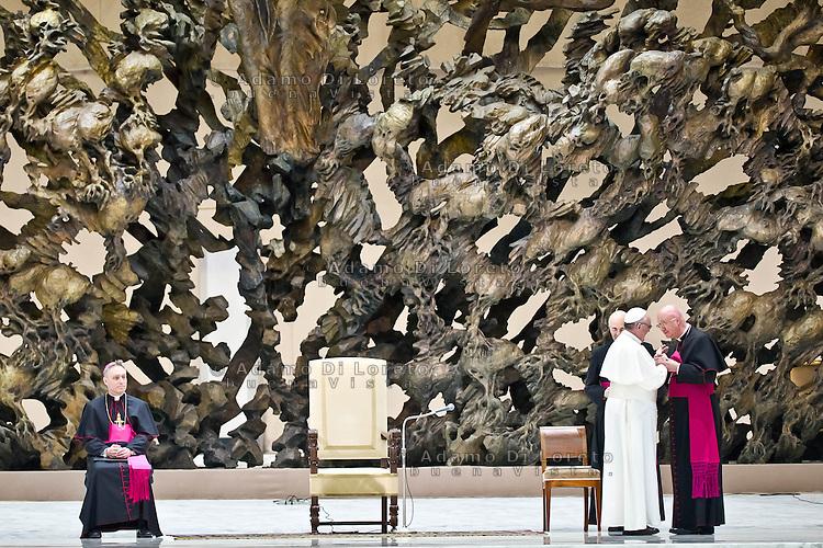VATICANO 16/03/2012: L'arrivo di Papa Francesco nell'aula Paolo VI. Foto Adamo Di Loreto/buenaVista* photo