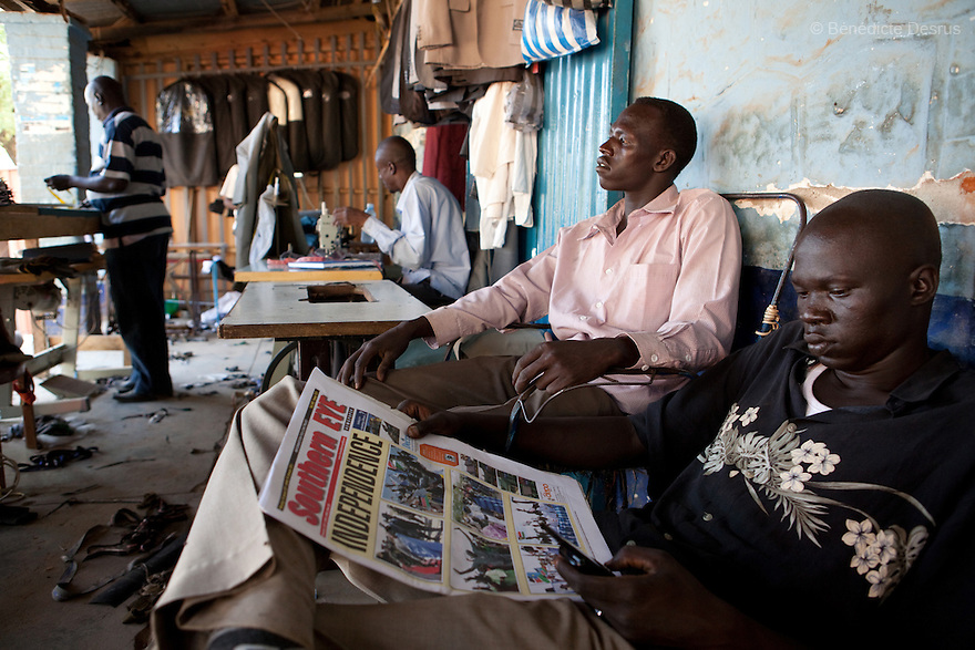 11 januay 2011 - Juba, South Sudan - A southern sudanese man read a local newspaper as ballots are counted following a weeklong independence referendum in Juba, the capital of Southern Sudan. Photo credit: Benedicte Desrus / Sipa Press