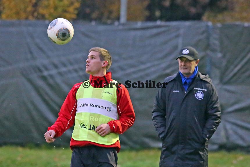 Trainer Armin Veh sieht Sebastian Jung (Eintracht) zu