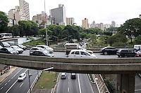 SAO PAULO, SP - 12.12.2014 - TRANSITO 23 DE MAIO - Motoristas enfrentam lentidão no acesso à av. 23 de Maio na tarde desta sexta-feira (12) no retorno visto pelo Viaduto Dona Paulina. <br /> <br /> <br /> (Foto: Fabricio Bomjardim / Brazil Photo Press).