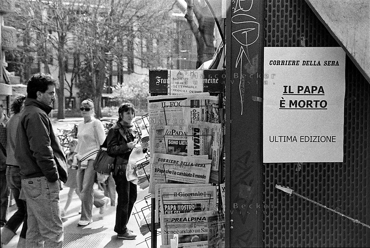Milano, i titoli dei giornali a una edicola annunciano la morte di Papa Giovanni Paolo II --- Milan, the headlines at a newsstand announce the death of Pope John Paul II