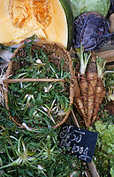 Europe/France/Auvergne/12/Aveyron/Villefranche-de-Rouergue: Pissenlits, salsifis et citrouille sur le marché de la place Notre-Dame