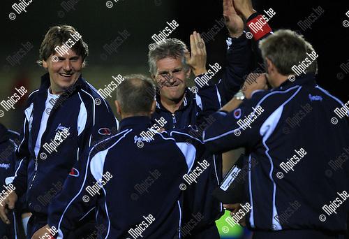 2010-08-18 / Voetbal / seizoen 2009-2010 / Verbroedering Geel-Meerhout - KFC Izegem / Trainer Marc Dillen van Geel-Meerhout viert de overwinning met de bank..Foto: Mpics