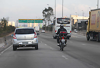 SÃO PAULO, SP, 26/08/2012, IMPRUDENCIA MOTOCICLISTA. Com a falta de fiscalização no final de semana, um motociclista aproveitou-se do fato e trafegava tranquilamente em alta velocidade pela pista expressa da Marginal TIete, local que é proibido o trafego de motocicletas. Luiz Guarnieri/ Brazil Photo Press.